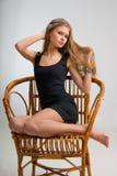 Dünnes Mädchen auf einem Stuhl Stockbilder