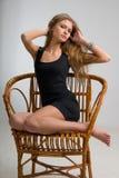 Dünnes Mädchen auf einem Stuhl Lizenzfreies Stockfoto
