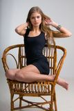 Dünnes Mädchen auf einem Stuhl lizenzfreie stockfotos