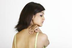 Dünnes Mädchen mit den Schulterschmerz Stockfoto
