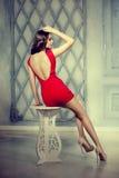 Dünnes modisches, luxuriös, Modefrau im Luxweinleseinnenraum Lizenzfreie Stockfotografie