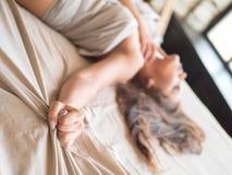 Dünnes, perfektes und schönes woamn auf Bett Geerntetes Bild von auf Bettschönheit im Schlafzimmer erotisch liegen zerknittert stockfoto