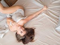 Dünnes, perfektes und schönes woamn auf Bett Geerntetes Bild von auf Bettschönheit im Schlafzimmer erotisch liegen zerknittert stockbilder