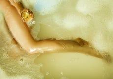 Dünnes sexy blondes Mädchen, das Bad mit Glas Champagner nimmt Lizenzfreie Stockfotografie