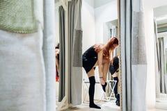 Dünnes sexy Mädchen im passenden Raum Frau setzt an Kleidung lizenzfreie stockfotos