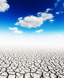 Dürrenerde und blauer Himmel mit Wolken Lizenzfreie Stockbilder