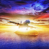 Düsenflugzeug über tropischer Insel Stockbilder