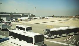 Düsenflugzeug angekoppelt im internationalen Flughafen Lizenzfreie Stockbilder