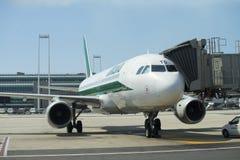 Düsenflugzeug angekoppelt im internationalen Flughafen Lizenzfreie Stockfotografie