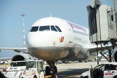 Düsenflugzeug angekoppelt im internationalen Flughafen Stockfoto