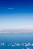 Düsenflugzeug-Dampf-Hinterblauer Himmel-Weiß-Wolken Lizenzfreie Stockbilder