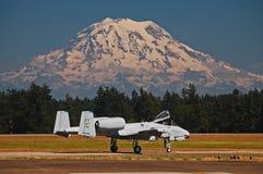 Düsenflugzeug des Blitzes A-10 und Mt regnerischer Stockbild