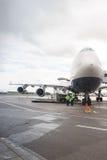 Düsenflugzeug in Domodedovo-Flughafen Stockfoto