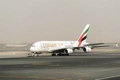 Düsenflugzeug in Dubai International-Flughafen Lizenzfreies Stockbild