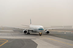 Düsenflugzeug in Dubai International-Flughafen Lizenzfreie Stockbilder