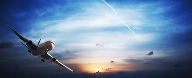 Düsenflugzeug im Flug Lizenzfreies Stockbild