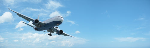 Düsenflugzeug im Flug lizenzfreie stockfotos