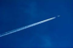 Düsenflugzeug im Himmel Stockfoto