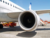 Düsentriebwerk an den Flugzeugen Lizenzfreie Stockfotografie