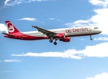 Düsseldorf, Alemania - 5 de octubre de 2017: Aterrizaje de Airberlin Niki Airbus A321 en el aeropuerto de Düsseldorf Imagen de archivo