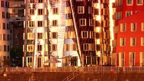 DÜSSELDORF, ALEMANIA: Frank O Los edificios torcidos y Rhinetower de Gehry en el medios distrito del puerto en Düsseldorf Ultra h almacen de metraje de vídeo