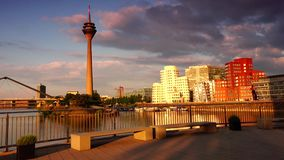 DÜSSELDORF, ALEMANIA: Frank O Los edificios torcidos y Rhinetower de Gehry en el medios distrito del puerto en Düsseldorf Ultra h metrajes