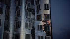 DÜSSELDORF, ALEMANIA: Frank O Los edificios torcidos y Rhinetower de Gehry en el medios distrito del puerto en Düsseldorf Ultra h almacen de video