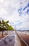 Düsseldorf, costa de la 'promenade' de Alemania - del Rin con el skyli Fotos de archivo