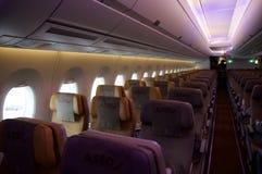 DÜSSELDORF - 22 DE JULIO DE 2016: Clase de economía de Singapore Airlines a bordo de Airbus A350 Foto de archivo