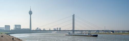 Düsseldorf en el río el Rin en Alemania Imagenes de archivo