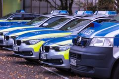 Düsseldorf, Rin-Westfalia del norte/Alemania - 12 10 18: fila alemana del coche policía en Düsseldorf Alemania fotos de archivo libres de regalías