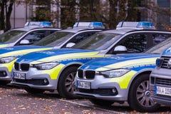 Düsseldorf, Rin-Westfalia del norte/Alemania - 12 10 18: fila alemana del coche policía en Düsseldorf Alemania fotografía de archivo libre de regalías