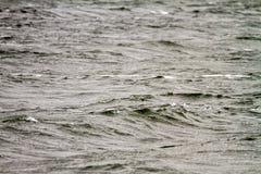 Düstere Aufregung mitten in dem Meer im wolkigen Wetter Stockfotos