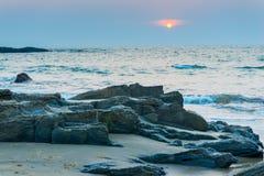 Düstere Landschaftsküste bei Sonnenuntergang Stockfotografie
