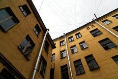 Düstere Petersburg-Yards Elendsviertel in der Mitte von St Petersburg Lizenzfreie Stockfotografie