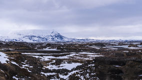 Düstere schneebedeckte vulkanische Landschaft Lizenzfreie Stockbilder