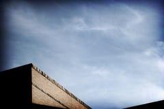 Düsterer Himmel mit Büro-Dach lizenzfreie stockfotografie