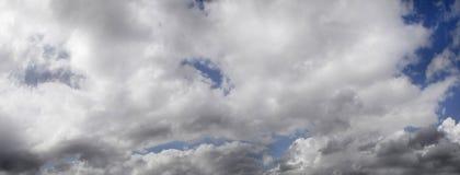 Düsterer Himmel mit einer großen Sturmwolke lizenzfreies stockbild