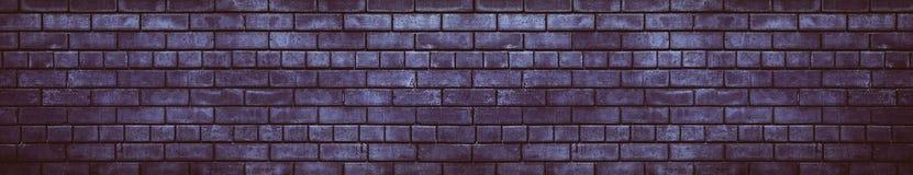 Düsterer Schmutzhintergrund der breiten dunklen violetten Backsteinmauer stockfoto