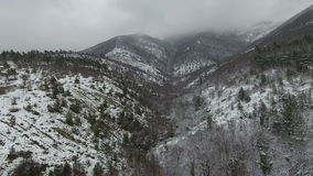 Düsterer schneebedeckter Gebirgszug, Vogelperspektive stock footage