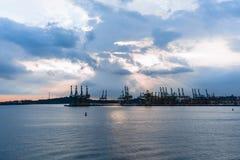 Düsterer Skyline-Ozean-Bau Lizenzfreies Stockfoto