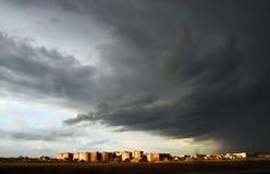 Düsteres Wetter auf der sonnigen Stadt. Stockfotografie