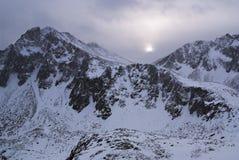Düsteres Wetter in den Winterbergen Stockfotografie