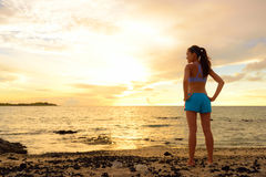 Dążenia - kobieta patrzeje daleko od z inspiracją Fotografia Stock