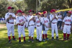 Dębowy widok, Kalifornia, usa, Marzec 7, 2015, Ojai mała liga Dolinny pole, młodość baseball, wiosna, piłka podziału gracze Fotografia Royalty Free