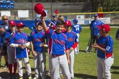 Dębowy widok, Kalifornia, usa, Marzec 7, 2015, Ojai mała liga Dolinny pole, młodość baseball, wiosna, podnosi ich nakrętki gdy im Obrazy Stock