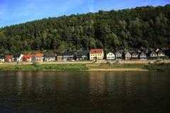 从Děčín的帆船(捷克语)通过Hrensko, Smilka,坏Shandau, Koenigstein, Wehlen,皮尔纳在德累斯顿,德国 免版税库存图片