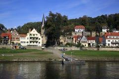 从Děčín的帆船(捷克语)通过Hrensko, Smilka,坏Shandau, Koenigstein, Wehlen,皮尔纳在德累斯顿,德国 免版税图库摄影