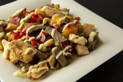 Dłoniaka mięso z warzywami na kamienia łupku talerzach dinner smakowity lunch Assian, chiński jedzenie zdrowa żywność zdjęcie stock
