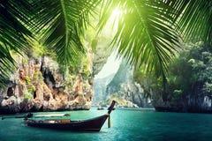 Długa łódź i skały na plaży w Krabi fotografia stock